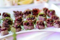 Εύγευστα πρόχειρα φαγητά πατέ με το κάλυμμα τεύτλων που εξυπηρετείται σε ένα κόμμα ή μια δεξίωση γάμου Στοκ φωτογραφίες με δικαίωμα ελεύθερης χρήσης