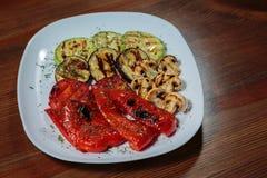 Εύγευστα πρόχειρα φαγητά σε ένα άσπρο πιάτο Στοκ φωτογραφία με δικαίωμα ελεύθερης χρήσης