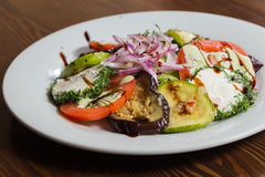 Εύγευστα πρόχειρα φαγητά σε ένα άσπρο πιάτο Στοκ Φωτογραφίες