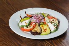 Εύγευστα πρόχειρα φαγητά σε ένα άσπρο πιάτο Στοκ Φωτογραφία