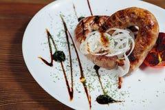 Εύγευστα πρόχειρα φαγητά σε ένα άσπρο πιάτο Στοκ φωτογραφίες με δικαίωμα ελεύθερης χρήσης