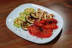 Εύγευστα πρόχειρα φαγητά σε ένα άσπρο πιάτο Στοκ Εικόνες