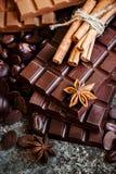 Εύγευστα σοκολάτες και καρυκεύματα σε ένα σκοτεινό υπόβαθρο Στοκ εικόνες με δικαίωμα ελεύθερης χρήσης