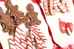 Εύγευστα σπιτικά γλυκά Χριστουγέννων στο πιάτο Στοκ Φωτογραφίες