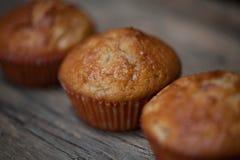 Εύγευστα σπιτικά muffins πέρα από τον ξύλινο πίνακα Στοκ φωτογραφία με δικαίωμα ελεύθερης χρήσης