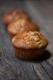 Εύγευστα σπιτικά muffins πέρα από τον ξύλινο πίνακα Στοκ Εικόνες