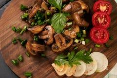 Εύγευστα τηγανισμένα μανιτάρια με τα ψημένα λαχανικά Στοκ εικόνα με δικαίωμα ελεύθερης χρήσης