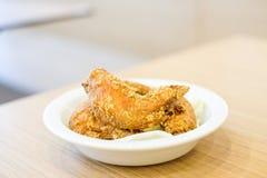 Εύγευστα τριζάτα τηγανισμένα φτερά κοτόπουλου με το πράσινο λάχανο για το snac Στοκ φωτογραφίες με δικαίωμα ελεύθερης χρήσης