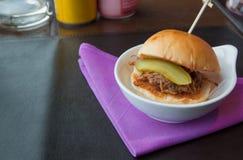 Εύγευστα χάμπουργκερ τόνου στην ιώδη πετσέτα, υπόβαθρα τροφίμων Στοκ εικόνα με δικαίωμα ελεύθερης χρήσης