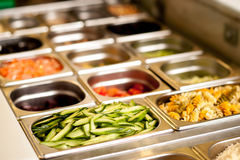 Εύγευστα χορτοφάγα τρόφιμα στους δίσκους Στοκ εικόνες με δικαίωμα ελεύθερης χρήσης