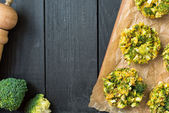 Εύγευστα ψημένα δαγκώματα με τους σπόρους μπρόκολου, τυριών και λιναριού στοκ φωτογραφίες