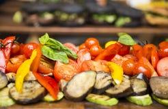 Εύγευστα ψημένα στη σχάρα λαχανικά στον πίνακα Στοκ Φωτογραφία