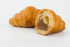 Εύγευστα croissants με τη μαρμελάδα κερασιών σε ένα άσπρο υπόβαθρο Στοκ εικόνα με δικαίωμα ελεύθερης χρήσης