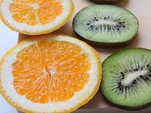 Εύγευστα cupcakes με τις διαφορετικές περικοπές των juicy φρούτων Στοκ Εικόνες