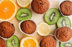 Εύγευστα cupcakes με τις διαφορετικές περικοπές των juicy φρούτων Στοκ Εικόνα