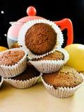 Εύγευστα cupcakes με τις διαφορετικές περικοπές των juicy φρούτων Στοκ Φωτογραφία