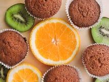 Εύγευστα cupcakes με τις διαφορετικές περικοπές των juicy φρούτων Στοκ φωτογραφία με δικαίωμα ελεύθερης χρήσης