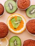 Εύγευστα cupcakes με τις διαφορετικές περικοπές των juicy φρούτων Στοκ Φωτογραφίες