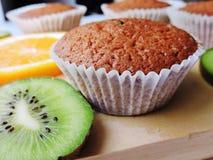 Εύγευστα cupcakes με τις διαφορετικές περικοπές των juicy φρούτων Στοκ εικόνες με δικαίωμα ελεύθερης χρήσης