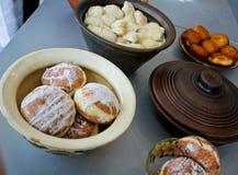 Εύγευστα donuts στο κεραμικό δοχείο Στοκ Φωτογραφία