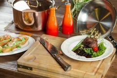 Εύγευστα juicy πλευρά αρνιών πλευρών αρνιών στα λαχανικά σχαρών με το souce Στοκ φωτογραφία με δικαίωμα ελεύθερης χρήσης