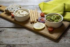Εύγευστα vegan τρόφιμα, guacamole και houmous στοκ φωτογραφίες