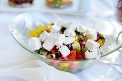 Εύγευστες λαχανικά και σαλάτα τυριών αιγών που εξυπηρετείται σε ένα κόμμα ή μια δεξίωση γάμου Στοκ φωτογραφία με δικαίωμα ελεύθερης χρήσης