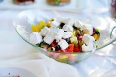 Εύγευστες λαχανικά και σαλάτα τυριών αιγών που εξυπηρετείται σε ένα κόμμα ή μια δεξίωση γάμου Στοκ Εικόνες