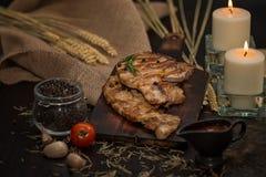 Εύγευστες βόειο κρέας ή pock μπριζόλες στον ξύλινο πίνακα Με τα συστατικά οργανικά για το μαγείρεμα Ντομάτα και σκόρδο Υπάρχουν κ στοκ φωτογραφία με δικαίωμα ελεύθερης χρήσης