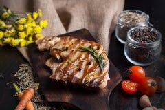 Εύγευστες βόειο κρέας ή pock μπριζόλες στον ξύλινο πίνακα Ψημένες στη σχάρα bbq μπριζόλες με το φρέσκο λαχανικό Με τα συστατικά ο Στοκ Φωτογραφίες