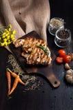 Εύγευστες βόειο κρέας ή pock μπριζόλες στον ξύλινο πίνακα Ψημένη στη σχάρα bbq μπριζόλα Στοκ φωτογραφίες με δικαίωμα ελεύθερης χρήσης