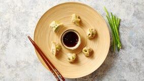 Εύγευστες κινεζικές μπουλέττες που εξυπηρετούνται στο ξύλινο πιάτο απόθεμα βίντεο