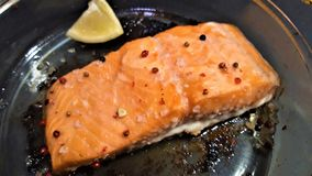 Εύγευστες μαγειρευμένες λωρίδες ψαριών σολομών στοκ εικόνες με δικαίωμα ελεύθερης χρήσης