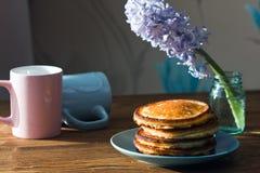 Εύγευστες, πολύβλαστες τηγανίτες ζύμης πρόγευμα υγιές Στοκ Φωτογραφίες