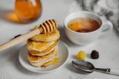 Εύγευστες σπιτικές τηγανίτες προγευμάτων με το μέλι στοκ εικόνα με δικαίωμα ελεύθερης χρήσης