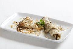 Εύγευστες τηγανίτες με το μέλι και τα καρύδια Στοκ εικόνες με δικαίωμα ελεύθερης χρήσης