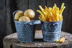 Εύγευστες τηγανιτές πατάτες με το άλας φιαγμένο από φρέσκια πατάτα Στοκ εικόνα με δικαίωμα ελεύθερης χρήσης