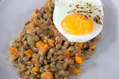 Εύγευστες φακές με το φυτικό και τηγανισμένο αυγό Στοκ φωτογραφίες με δικαίωμα ελεύθερης χρήσης