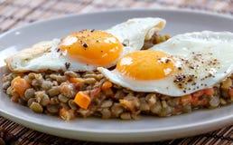 Εύγευστες φακές με το φυτικό και τηγανισμένο αυγό Στοκ Φωτογραφία