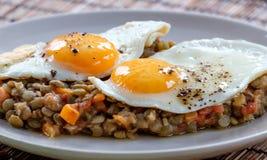 Εύγευστες φακές με το φυτικό και τηγανισμένο αυγό Στοκ Φωτογραφίες