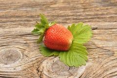 Εύγευστες φράουλες στους ξύλινους πίνακες Στοκ Εικόνες