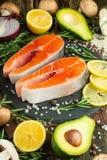 Εύγευστες φρέσκες μπριζόλες ψαριών, σολομός, πέστροφα Καθαρά και νόστιμα τρόφιμα στοκ εικόνες