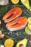 Εύγευστες φρέσκες μπριζόλες ψαριών, σολομός, πέστροφα Καθαρά και νόστιμα τρόφιμα στοκ φωτογραφίες