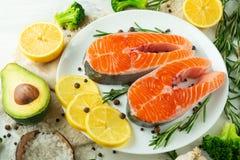 Εύγευστες φρέσκες μπριζόλες ψαριών, σολομός, πέστροφα Με τα λαχανικά, το deli, τα vegan τρόφιμα, τη διατροφή και Dotex στοκ φωτογραφία
