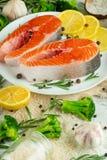 Εύγευστες φρέσκες μπριζόλες ψαριών, σολομός, πέστροφα Με τα λαχανικά, το deli, τα vegan τρόφιμα, τη διατροφή και Dotex στοκ φωτογραφίες