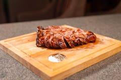 Εύγευστης και τεχνών έννοια τροφίμων, - μπριζόλα κρέατος αλόγων κοπής στο ξύλινο γραφείο στοκ εικόνες