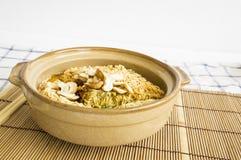 εύγευστη έννοια μεσημεριανού γεύματος κάλυψης αργίλου νουντλς τροφίμων σούπας αγγειοπλαστικής κύπελλων Στοκ Εικόνα