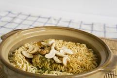 εύγευστη έννοια μεσημεριανού γεύματος κάλυψης αργίλου νουντλς τροφίμων σούπας αγγειοπλαστικής κύπελλων Στοκ εικόνες με δικαίωμα ελεύθερης χρήσης