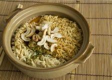 εύγευστη έννοια μεσημεριανού γεύματος κάλυψης αργίλου νουντλς τροφίμων σούπας αγγειοπλαστικής κύπελλων Στοκ φωτογραφίες με δικαίωμα ελεύθερης χρήσης