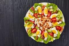 Εύγευστη αμερικανική σαλάτα cobb στο πιάτο στοκ φωτογραφίες